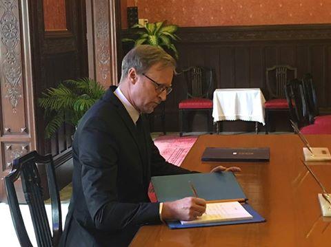 ไบรอัน เดวิดสัน เอกอัครราชทูตอังกฤษประจำประเทศไทยลงนามไว้อาลัยพระบาทสมเด็จพระปรมินทรมหาภูมิพลอดุลยเดช